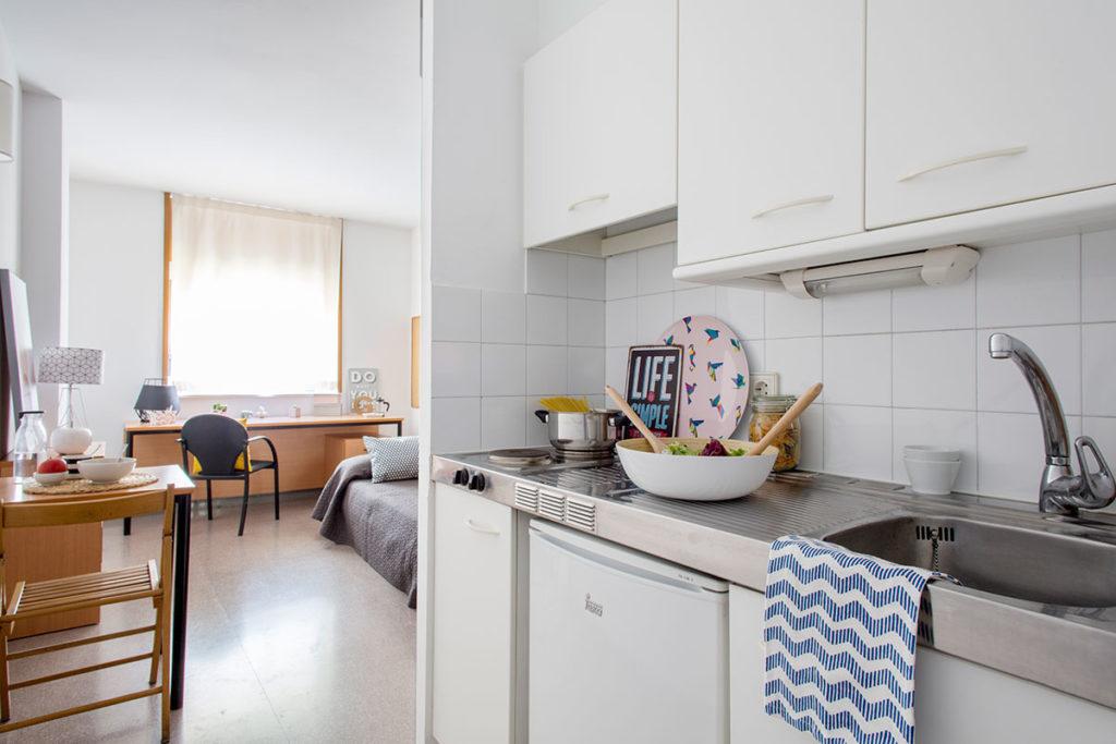 habitación individual cocina resa girona