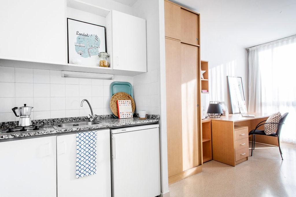 habitación individual cocina resa francesc giralt terrassa
